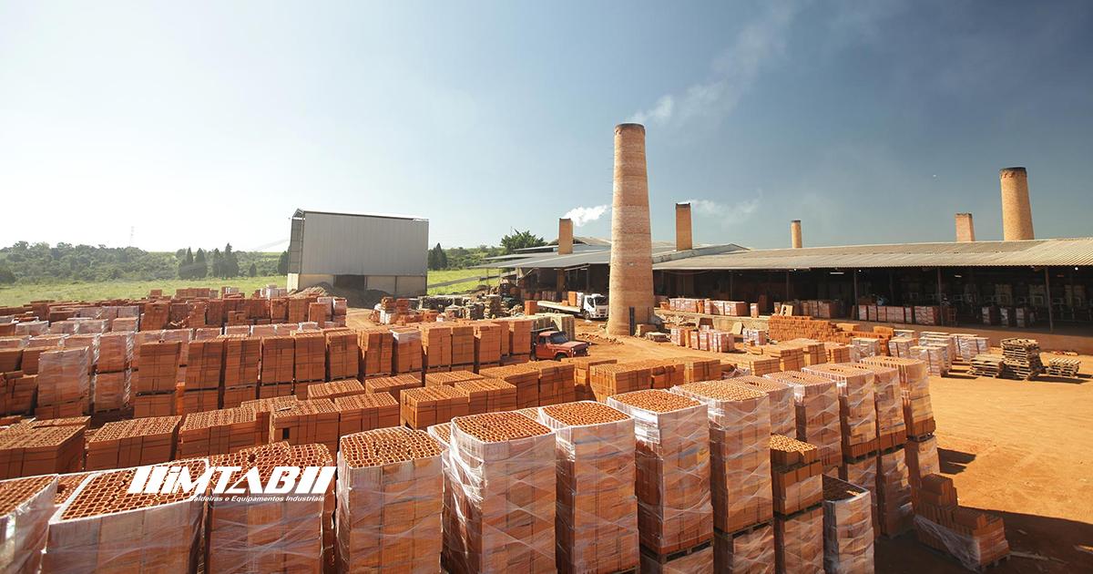 processo de secagem de tijolos - na imagem há uma indústria cerâmica